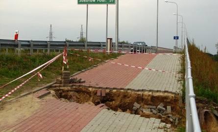 Oznaczenie jej było tak mało widoczne, że jadący z kierunku Prostyni zauważali je w ostatniej chwili (ścieżka za mostem zjeżdża mocno w dół)