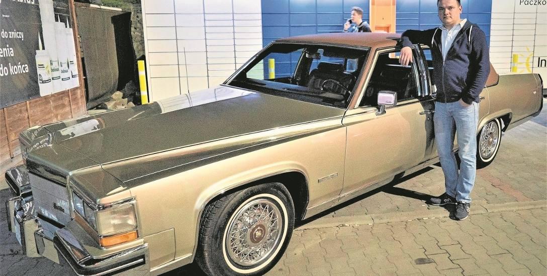 Cadillac Fleetwood z 1982 roku mierzy prawie 6 metrów. - Trudno nim się poruszać po naszych drogach - mówi Krzysztof Szambelan