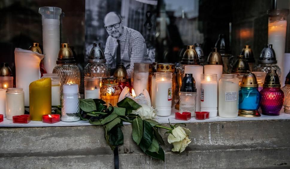 Film do artykułu: Żałoba na ulicach Gdańska. Modlitwy, kwiaty i znicze w różnych częściach miasta. Mieszkańcy oddają hołd Pawłowi Adamowiczowi [zdjęcia]