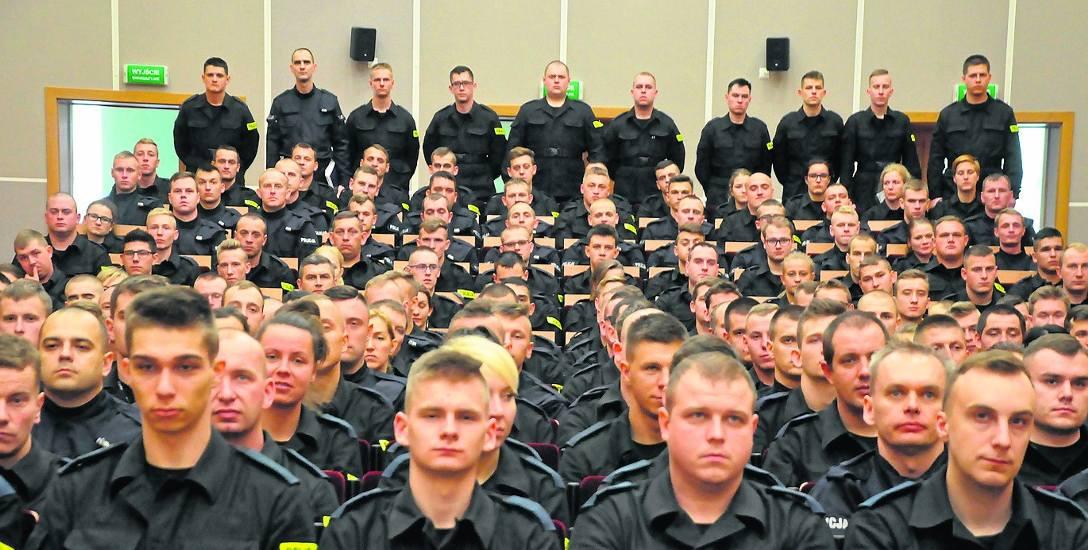Niespełnia trzystu  nowo przyjętych policjantów rozpoczęło tak zwane szkolenie zawodowe-podstawowe w murach słupskiej Szkoły Policji. Kurs potrwa pół