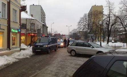 W centrum Ostrołęki pełno policji. Powód - kolizja radiowozu na ul. Głowackiego (zdjęcia)