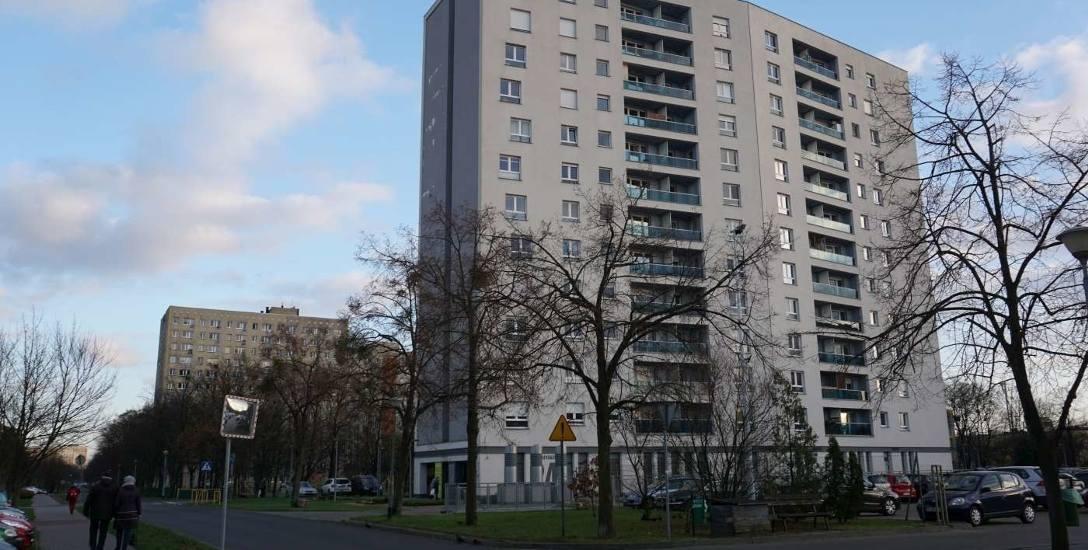 Blok na Osiedlu Przyjaźni 24 w Poznaniu. Mieszkańcy skarżyli się na liczne niedoróbki, ale prokuratura sprawę umorzyła.