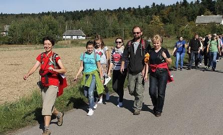 Przewodnik świętokrzyski Lena Skibińska-Opoka prowadzi rajdową grupą w Kakoninie.