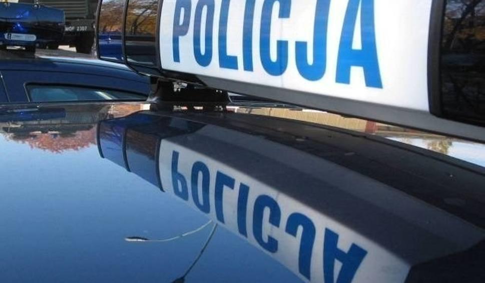 Film do artykułu: Gmina Miedziana Góra. Dwaj policjanci zranieni nożem, mężczyzna postrzelony w nogę