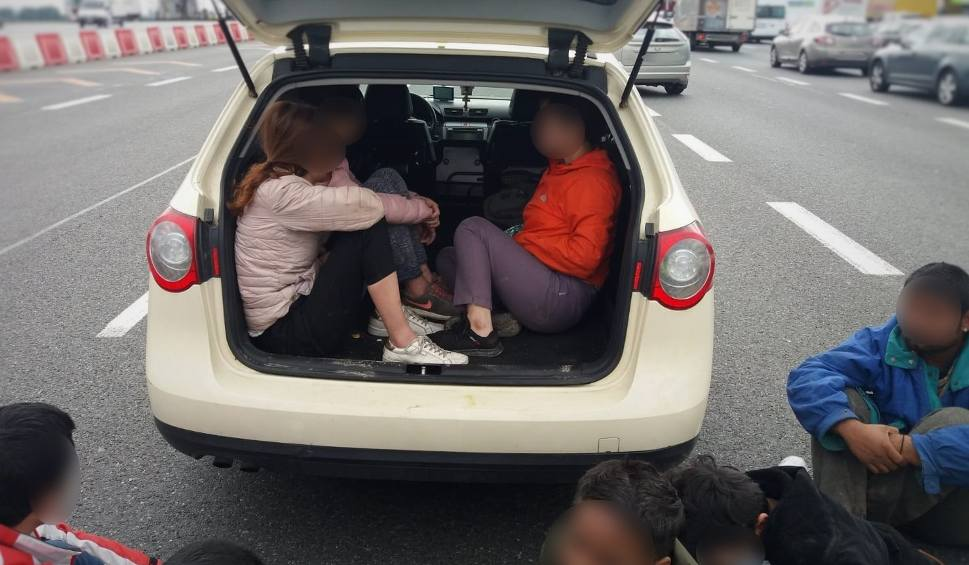 Film do artykułu: Dziewięcioro nielegalnych imigrantów z Azji w jednym samochodzie. Czworo jechało w bagażniku. Trafili do ośrodka w Przemyślu [ZDJĘCIA]