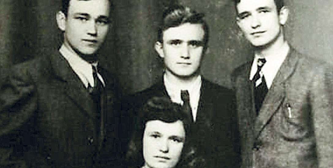 Zdzisław Kuźniar (pierwszy z lewej) z siostrą Marią oraz braćmi Janem i Anastazym. Zdjęcie z drugiej połowy lat 40.
