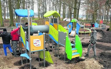 Pracownicy koszalińskiej firmy Bugle montują urządzenia w powiększonym centralnym placu zabaw - prace trzeba wykonać jeszcze w tym roku z uwagi na wymogi
