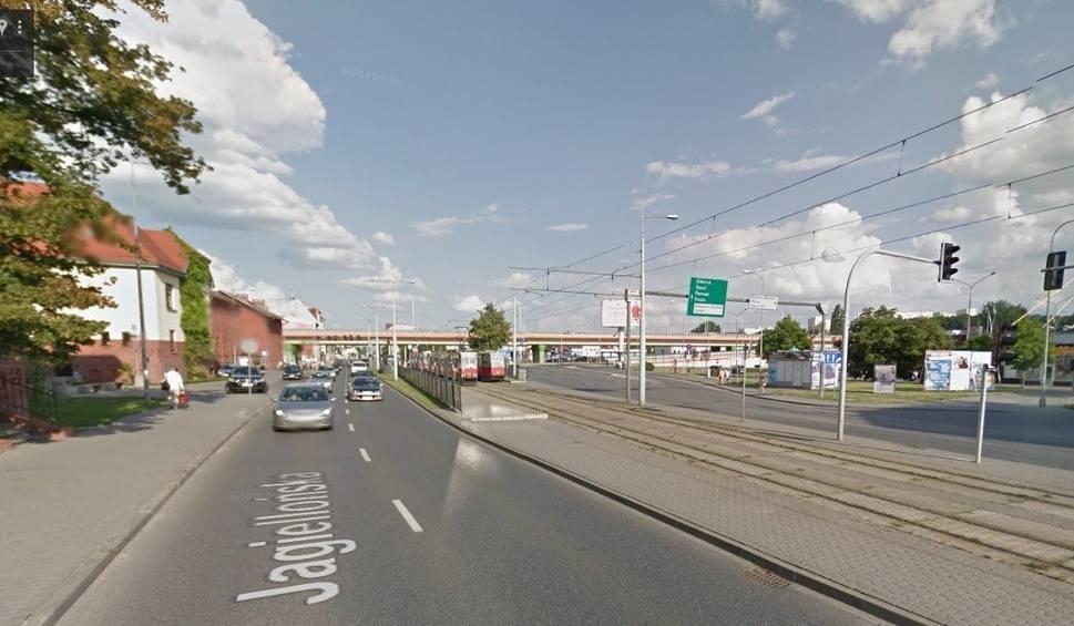 Film do artykułu: W centrum Bydgoszczy autobus wjechał w tył golfa