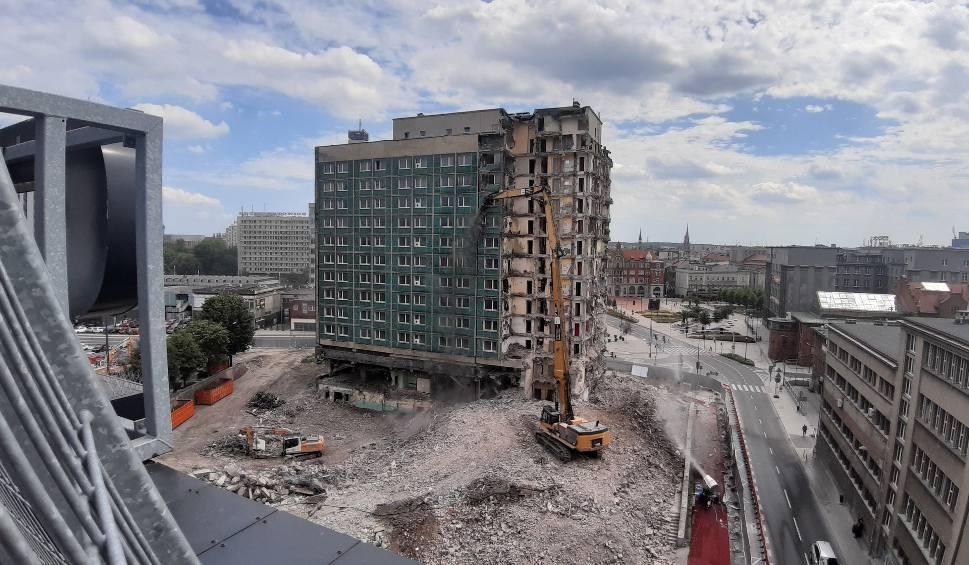 Film do artykułu: Drugi tydzień rozbiórki hotelu Silesia w Katowicach. Budynek jest rozłupywany na pół ZDJĘCIA