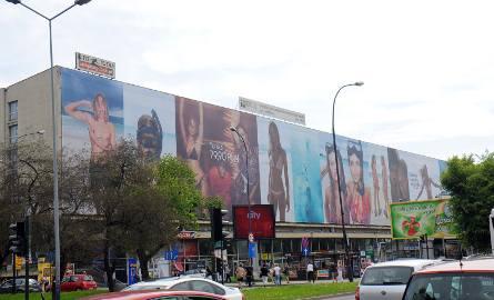 Agresywne reklamy na elewacji hotelu Cracovia