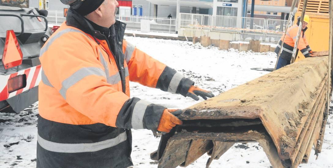 Stanisław Banaś pracuje przy przebudowie podziemnego tunelu na stacji PKP Zielona Góra. Właśnie transportuje elementy, które będą wbijane w ziemię jako