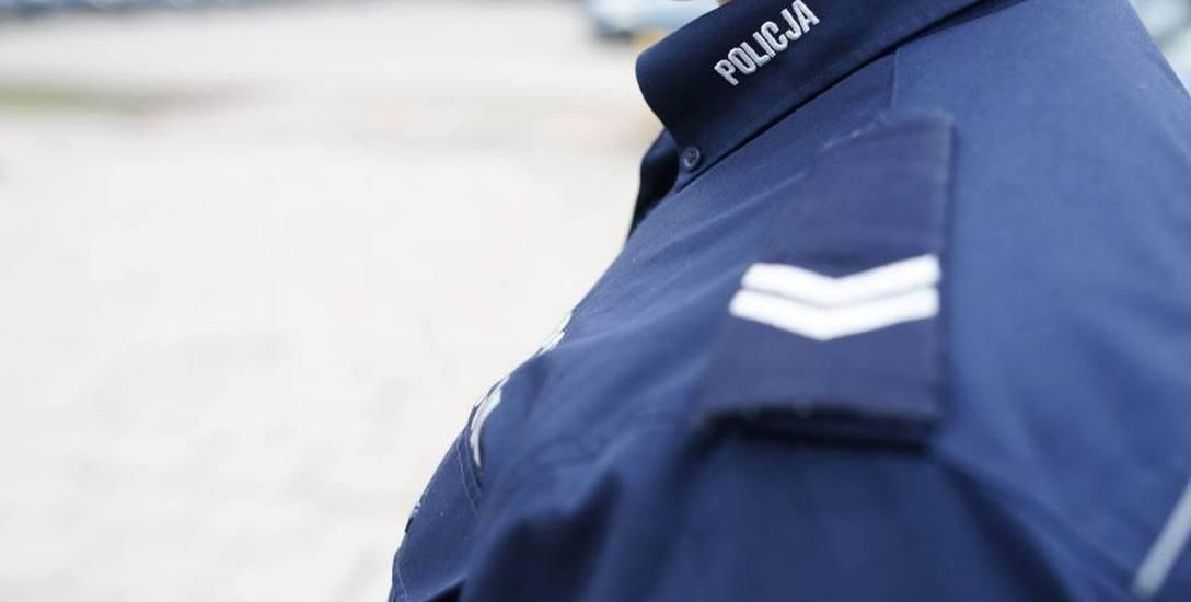 Złodziej okradł policjantów! Wziął sobie flagi sprzed komendy. Ci nic nie zauważyli