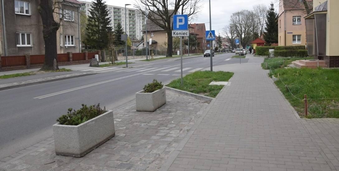 Po obu stronach skrzyżowania alei Żołnierza z aleją Żołnierza Boczną na miejscach parkingowych zostały ustawione kwietniki, bo auta, które tam stały