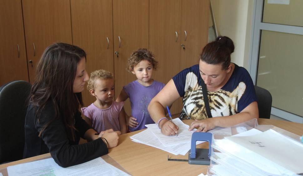 Film do artykułu: Duże kolejki w Sosnowcu przy składaniu wniosków na 500 plus WIDEO