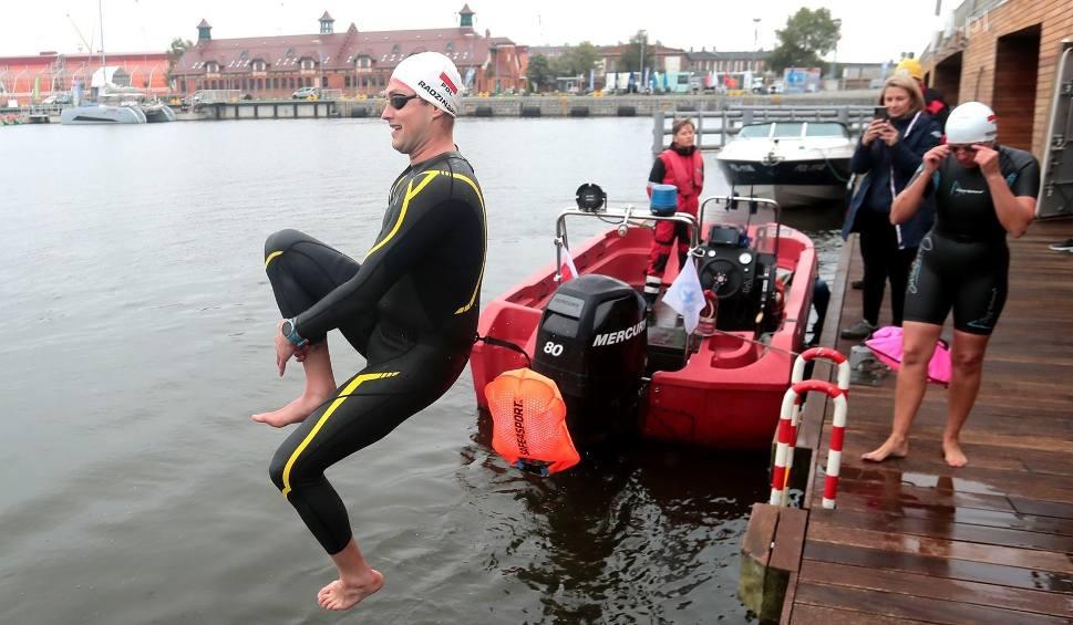 Film do artykułu: Trening połączony ze szczytnym celem. Szczecińscy pływacy opłynęli kilkukrotnie Wyspę Grodzką