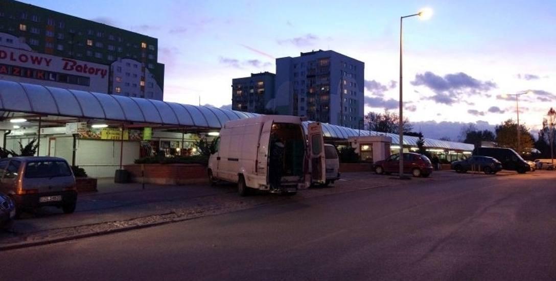 """Do napadu doszło na parkingu przy rynku """"Batory""""."""