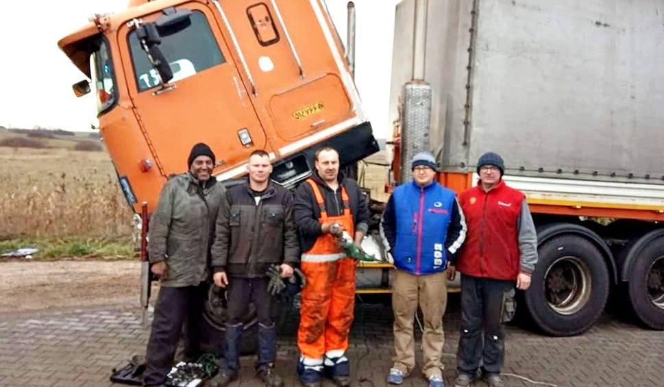 Film do artykułu: Polscy kierowcy ciężarówek spontanicznie pomagają koledze z Iranu. Utknął w Koziegłowach z powodu awarii tira ZDJĘCIA
