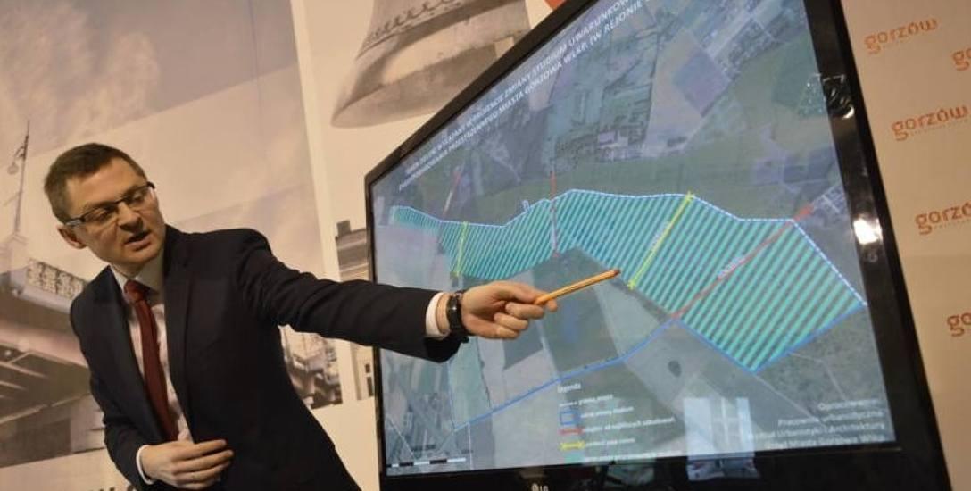 Wiceprezydent Gorzowa Jacek Szymankiewicz pokazuje plany ewentualnej nowej strefy koło Chwalęcic