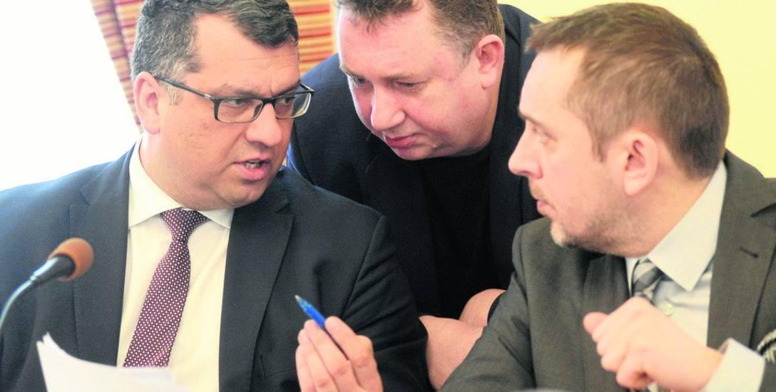 Radni (od lewej): Adam Urbaniak (PO), Jacek Budziński (PiS) i Marcin Pabierowski (PO) dyskutują na temat uchwały, dotyczącej m.in. dofinansowania wymiany