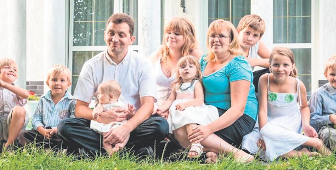 Wspaniała, kochająca się rodzina - tak mówią o gromadce ze zdjęcia znajomi i sąsiedzi. Kobieta zmarła kilka dni temu osierocając dziewięcioro dzieci