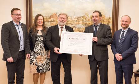 Symboliczny czek trzymają Julian Kruszyński - burmistrz Namysłowa (z lewej) i prof. Marek Masnyk, rektor UO.