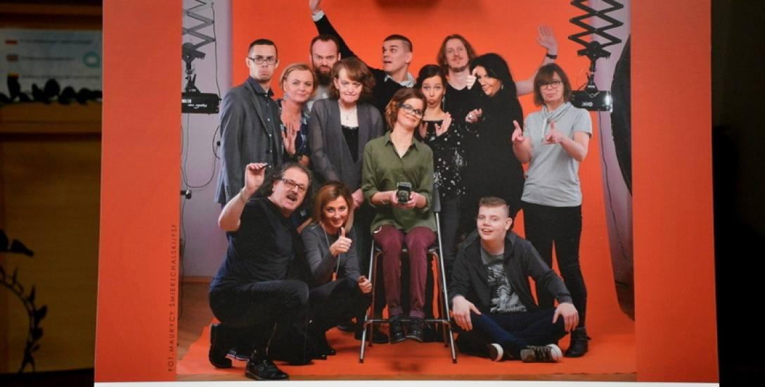 Grupa uczestników projektu na wspólnym zdjęciu