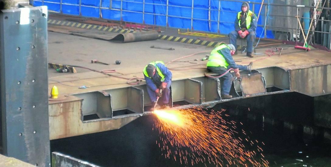 Prace przy nabrzeżu są niezbędne do tego, by przeprawa funkcjonowała w sposób bezpieczny. Wymieniane są zużyte elementy rampy