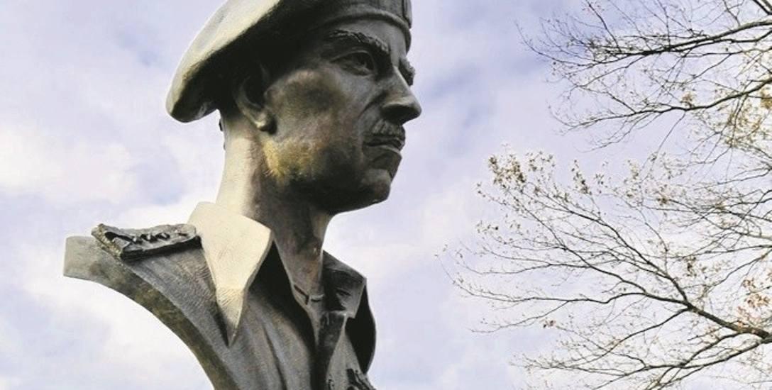 Gen. Władysław Anders spoczął na cmentarzu pod Monte Cassino, a w Doylestown patrzy na mogiły żołnierzy z pomnika