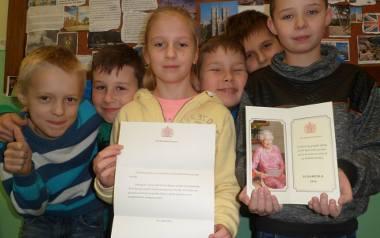 - Sama królowa napisała do nas list! - cieszą się uczniowie szkoły podstawowej w Biskupicach, od lewej:  Łukasz Nowacki, Kacper Jerz, Ewa Gryglewicz,