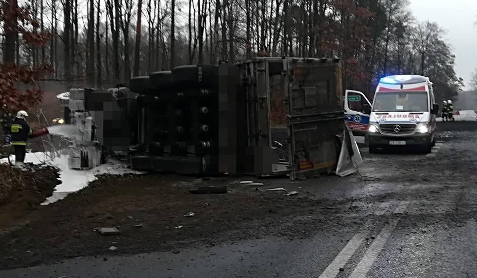 """Film do artykułu: Śmiertelny wypadek na krajowej """"10"""". Kierowca osobówki zginął na miejscu"""