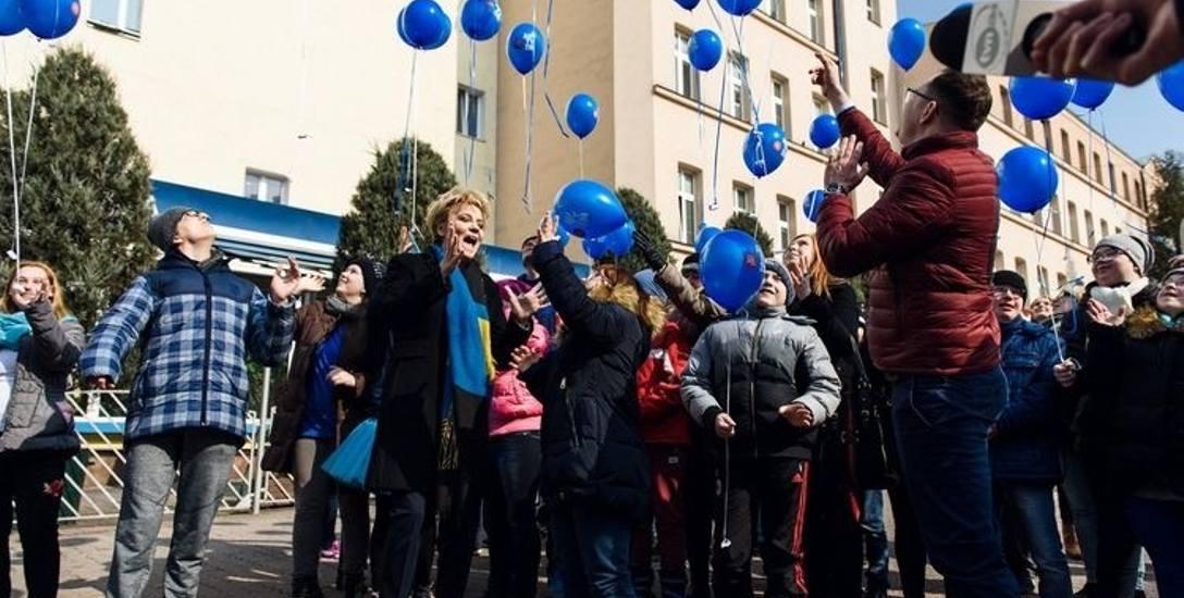 Obchody dnia autyzmu w Łodzi - do nieba poleciały niebieskie baloniki