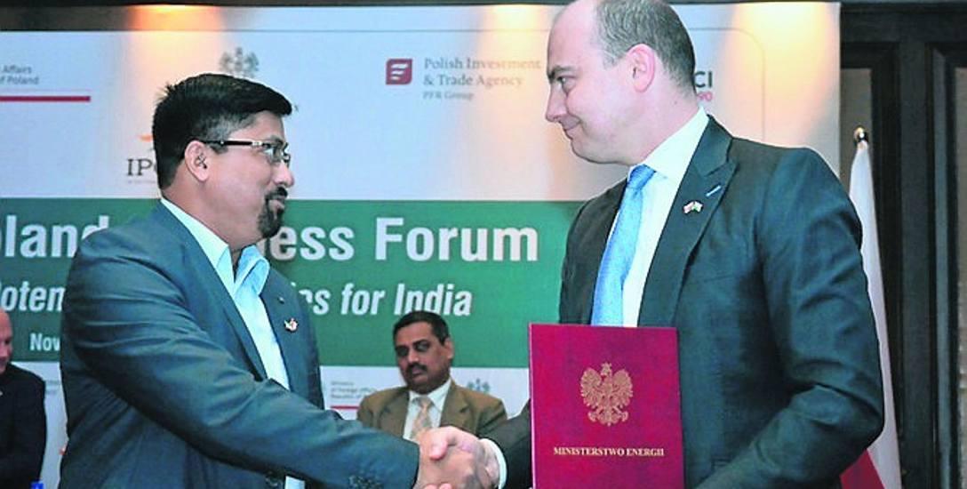 Przedstawiciel indyjskiej spółki Essar Steel i Daniel Ozon z JSW podczas podpisania porozumienia.