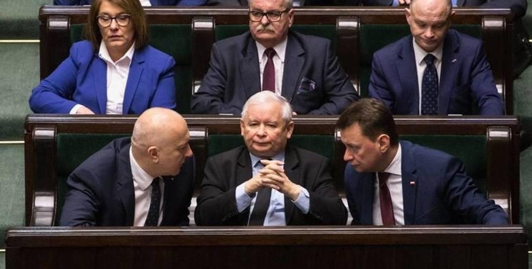 PiS obrało sprawdzoną taktykę: podczas kampanii łagodnieje