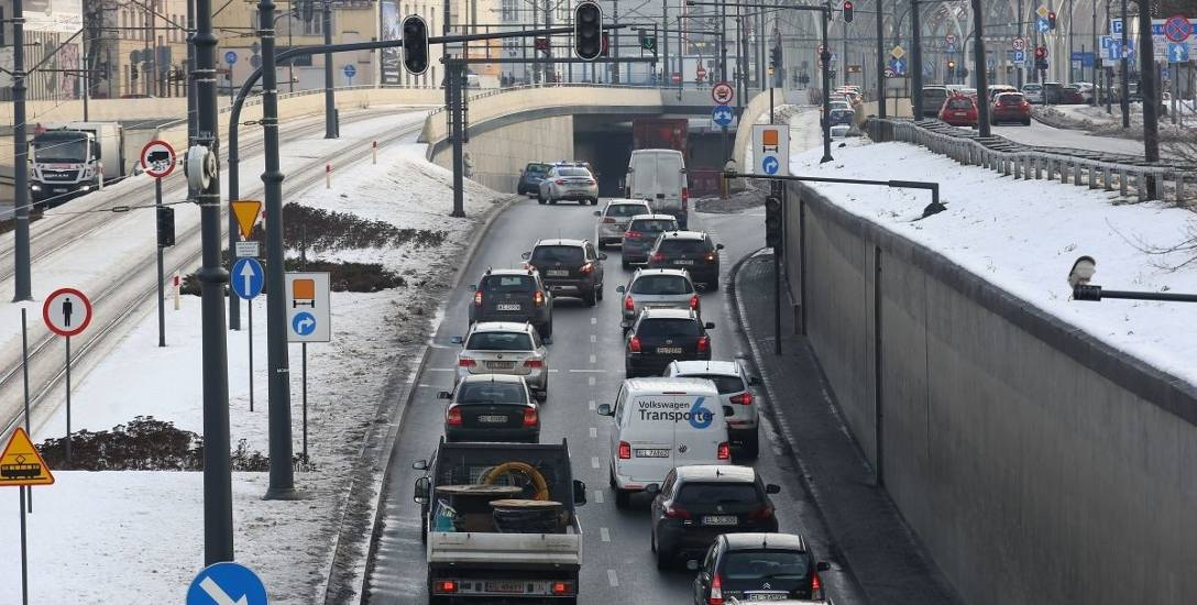 5 rozbitych aut, 3 ranne osoby. W tunelu trasy W-Z  zderzyły się trzy samochody