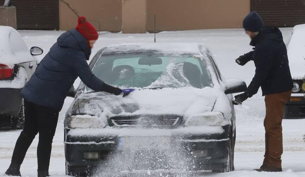 Film do artykułu: Radomskie osiedla po sobotnich opadach śniegu przykryte białym puchem. Zobacz zdjęcia!