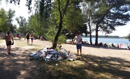 Nad jeziorem brakuje śmietników. Turyści układają stosy opakowań po jedzeniu i napojach pod drzewami