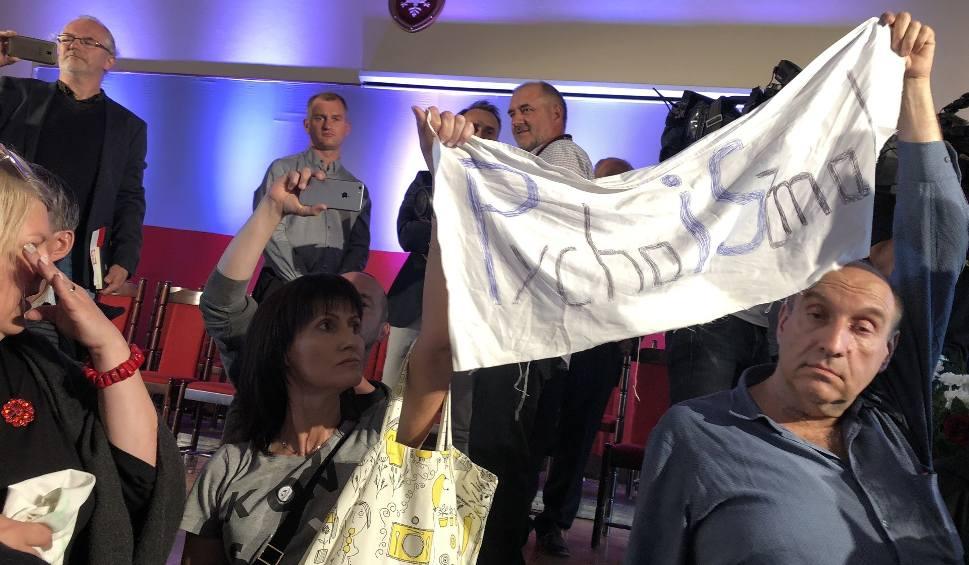 Film do artykułu: Przepychanki i wyzwiska pomiędzy Obywatelami RP a zwolennikami Prawa i Sprawiedliwości na koniec spotkania Beaty Szydło w Sandomierzu