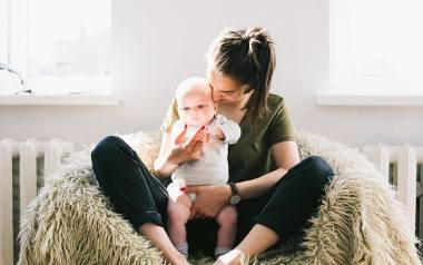10 najlepszych tekstów o byciu mamą. Śmieszne cytaty, które idealnie podsumowują rodzicielstwo. Te teksty Cię rozbawią!