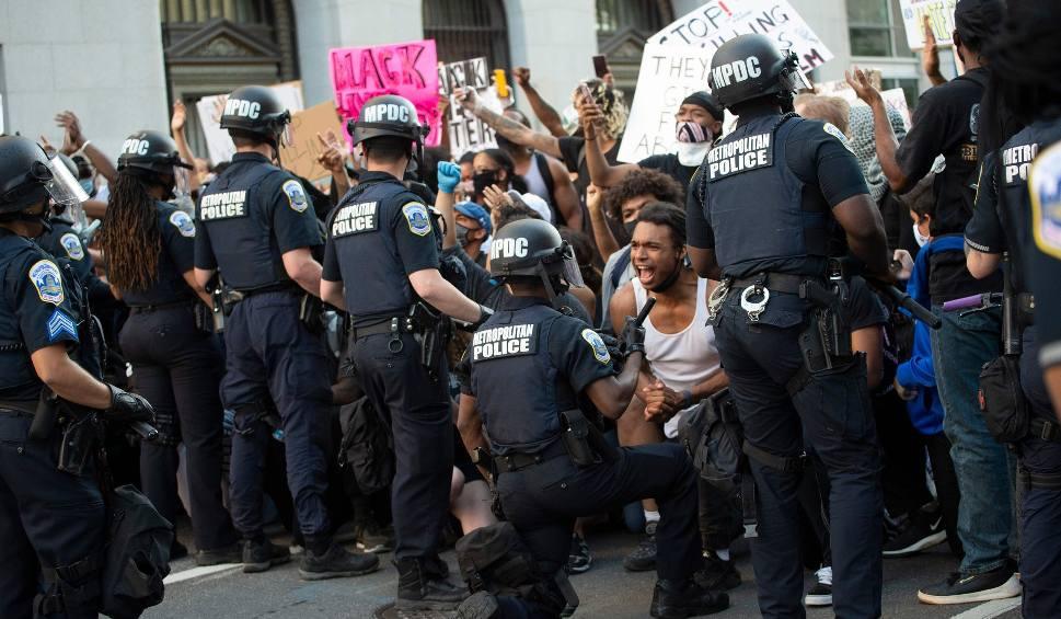 """Film do artykułu: Zamieszki w USA: Kolejne starcia i pojednanie tłumów z policjantami. """"Idziemy z wami, bo wszystko, o co prosicie, to godność"""""""