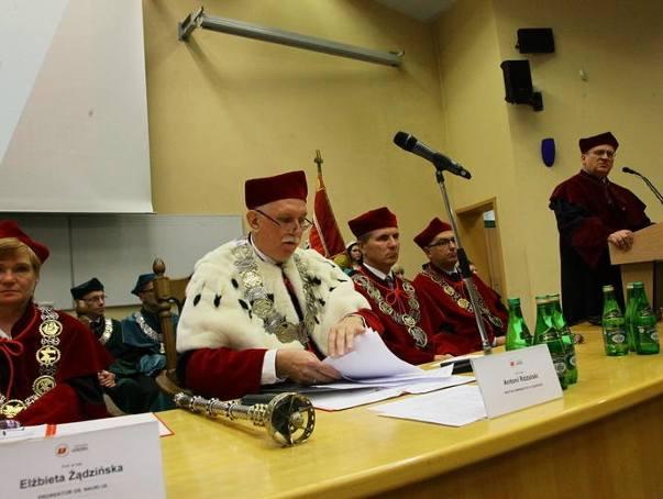 Inauguracja roku akademickiego 2016/17 na UŁ. Rektor prof. Stanisław Różalski (w środku) i prof. Zbigniew Rau (na mównicy)