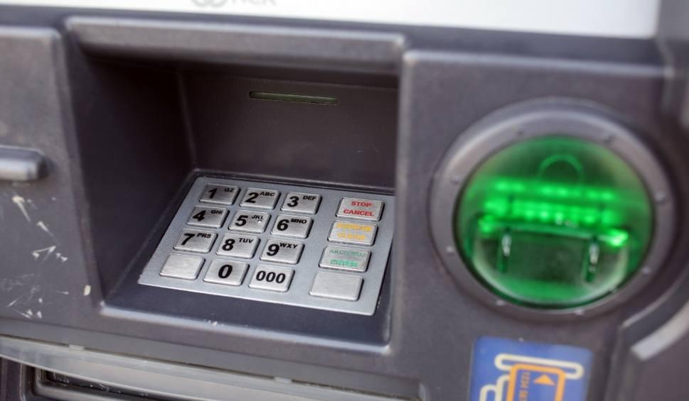 Film do artykułu: Znany bank ostrzega: wypłacasz tak gotówkę z bankomatu? Możesz stracić pieniądze! [18.07.2019 r.]