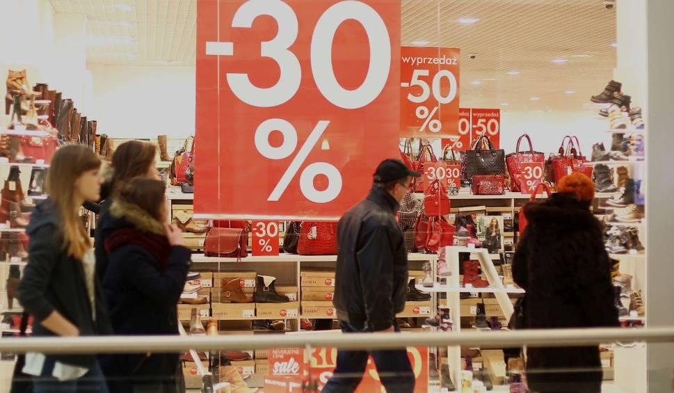 52f5850da2746a W sklepach w Radomiu rozpoczęły się poświąteczne wyprzedaże. Sklepy kuszą  klientów dużymi promocjami.