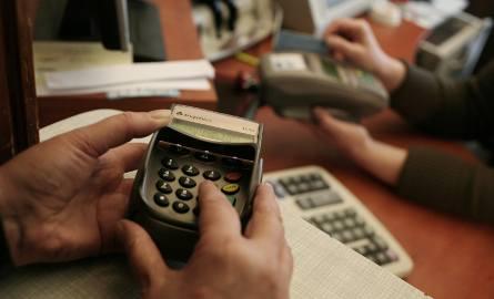W przypadku korzystania z karty kredytowej za granicą największym problemem była konieczność uregulowania dodatkowych kosztów związanych z przewalutowaniem