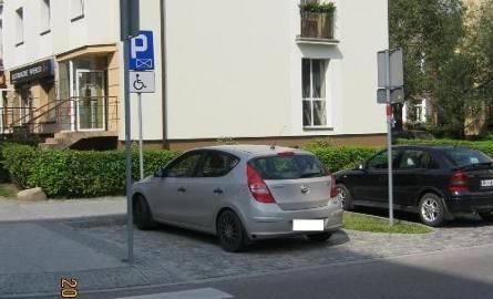 Z ul. Białówny w Białymstoku strażnicy miejscy odholowali samochód kierowcy bezprawnie parkującego na miejscu dla niepełnosprawnych.
