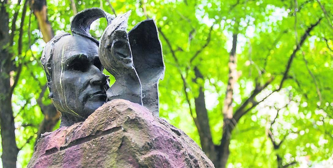 """""""Kosmos i świat"""" ma stanąć w niedalekim sąsiedztwie """"Otwartej głowy"""" Jana Wojciechowskiego - innego pomnika upamiętniającego"""
