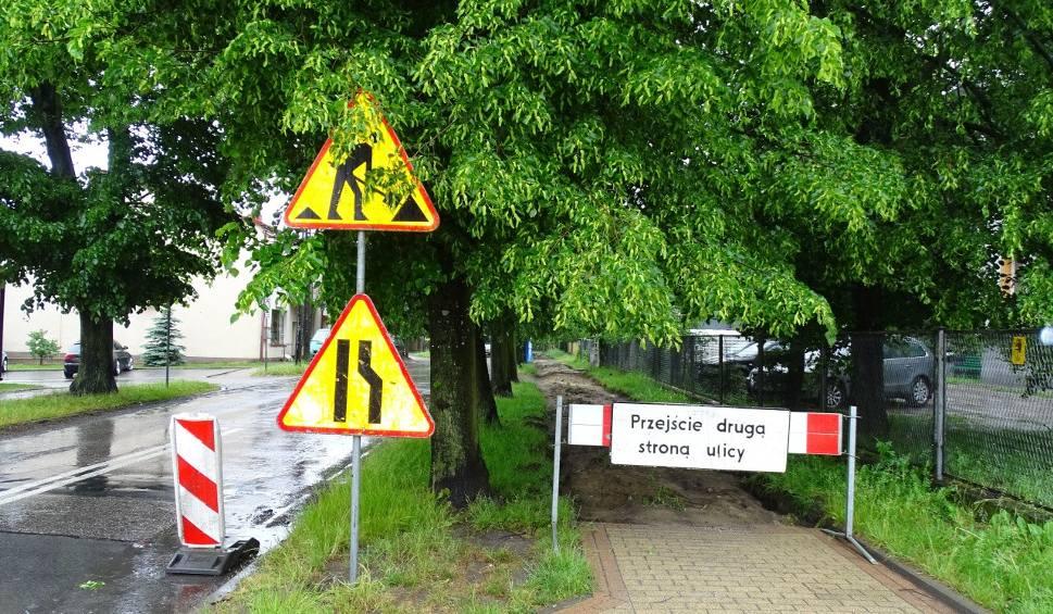 Film do artykułu: W Zwoleniu rozpoczął się remont ulicy Świętej Anny. Wykonawca, firma PRD Zwoleń, postawił już znaki drogowe, wkrótce zacznie prace