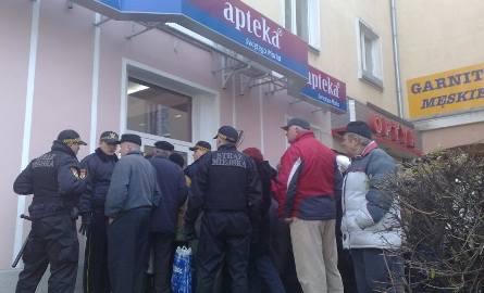 Zamieszki przed apteką! Ludzie walczą o miejsce w kolejce. Interweniowała policja i straż miejska (zdjęcia, wideo)