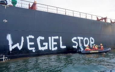 """Działacze namalowali ogromny napis """"Węgiel stop"""" na burcie statku wiozącego surowiec importowany do Polski z Mozambiku"""