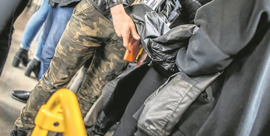 Często do kradzieży kieszonkowych dochodzi podczas wsiadania do autobusu lub tramwaju.