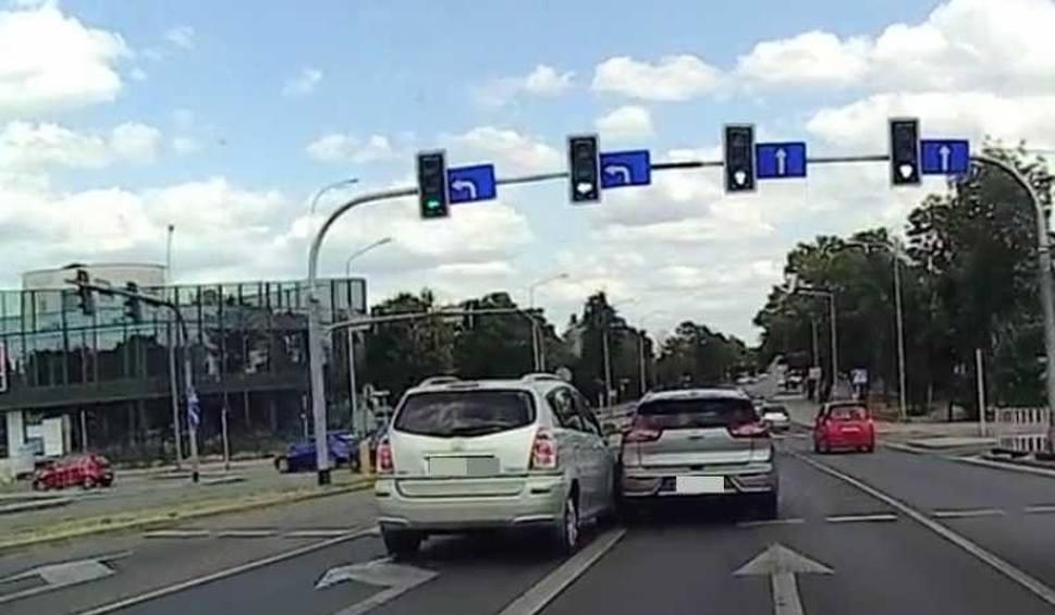"""Film do artykułu: Świadek: """"Kobieta kierująca kią rozmawiała przez telefon, otarła się o toyotę i odjechała"""". Jest nagranie kolizji"""